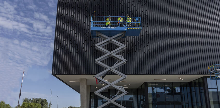 https://www.genielift.com/images/default-source/aerial-pros-featured-thumbnails/featured-advantages-of-dual-zone-operation-on-genie-scissor-lifts.jpg?sfvrsn=9b077d54_21