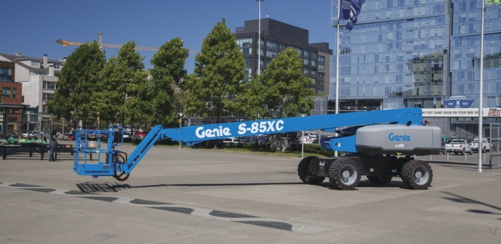 https://www.genielift.com/images/default-source/aerial-pros-featured-thumbnails/featured-is-boom-lift-range-of-motion-becoming-like-a-telehandlers.jpg?sfvrsn=31b77aad_2